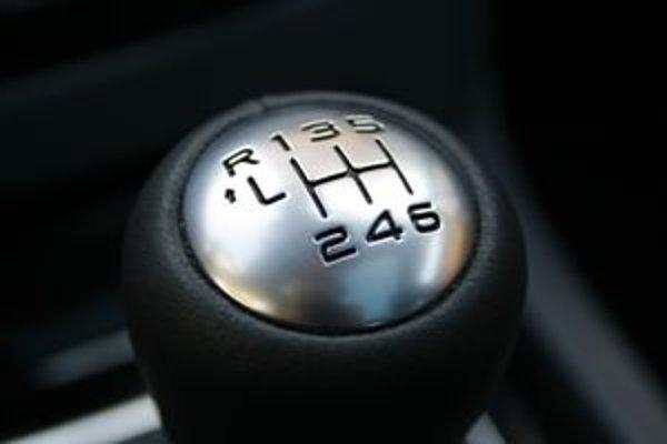 Jazda v kopcoch s vyradením do neutrálu neprináša úsporu, akurát skôr sa opotrebúvajú brzdy. Jazdite so zaradeným stupňom.