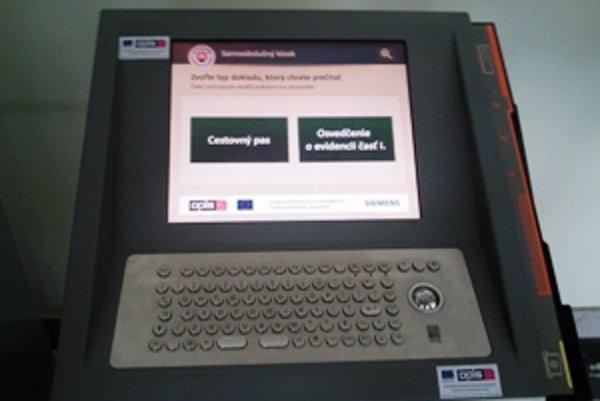 Takto vyzerá predný panel kiosku, ktorý vám umožní overiť všetky údaje v osvedčení o evidencii vozidla.