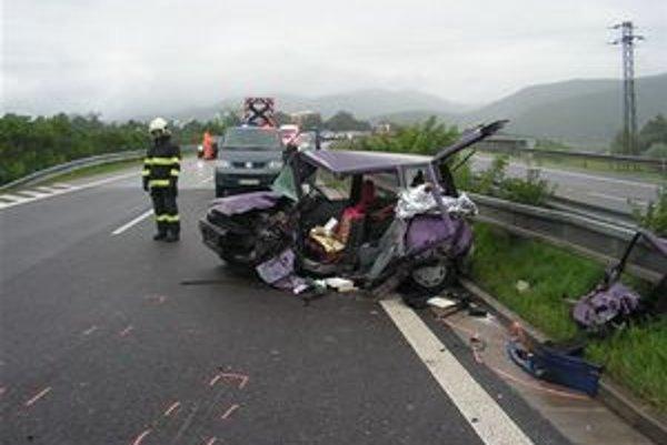 Jedna z nehôd, pri ktorých minulý týždeň vyhasol ľudský život. Vodič vozidla Daewoo Tico odbočil do protismeru rýchlostnej cesty, kde sa zrazil so Škodou Octavia.