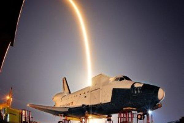 Nosná raketa Falcon 9 odštarovala až na druhý pokus. Na Medzinárodnej vesmírnej stanici by misia mohla zaparkovať v piatok.
