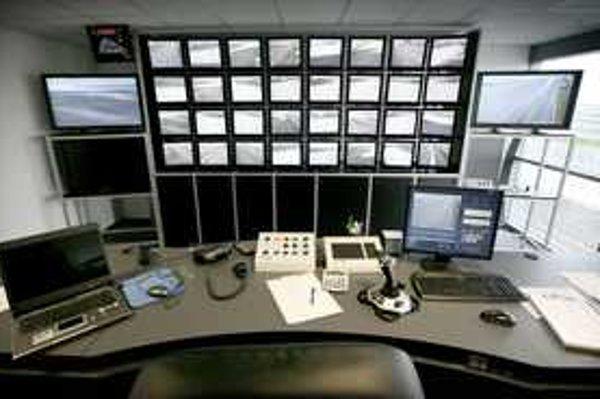 Slovakiaring má najmodernejšie technické zabezpečenie v danej oblasti. Dianie na trati sleduje race control ako v televíznom štúdiu. Počas pretekov v riadiacej veži sedia športoví komisári.