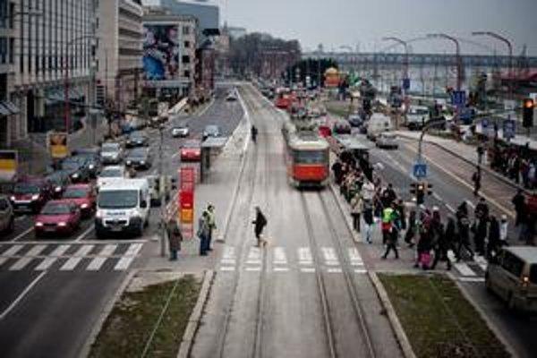 Autá v mestách pribrzdili, prednosť majú mať chodci. Zomiera ich na cestách menej.