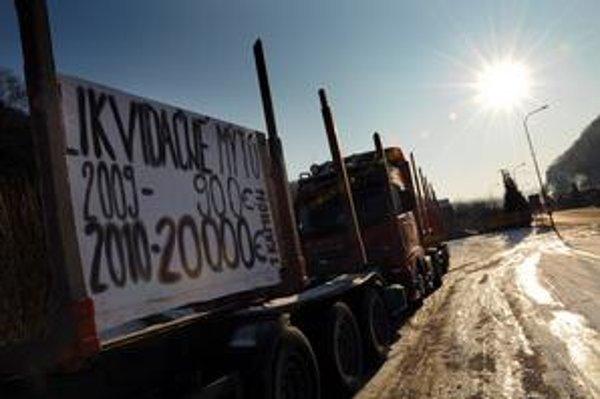 Na Slovensku protestovali dopravcovia. Nezablokovali ani jednu pumpu, no podporu pre svoje požiadavky zberali na stovkách miest po celej republike. Premiér im večer z tlačovej besedy odkázal, že mýtny systém je spravodlivejší ako diaľničné známky.
