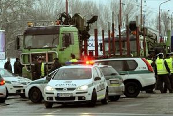 Takto policajti zablokovali kamióny na križovatke Rožňavskej s Tomášikovou.