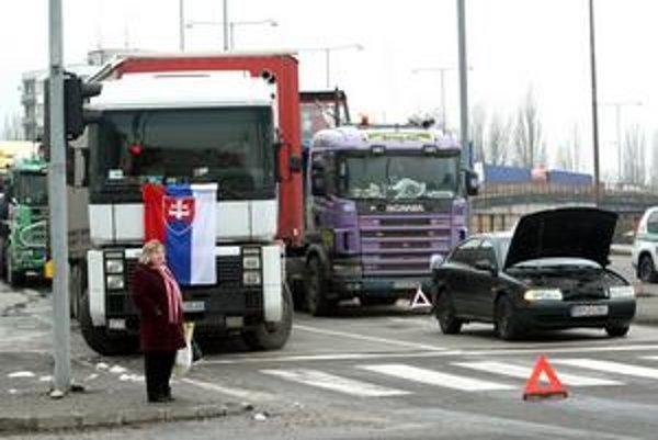 Autodopravcovia stiahli kamióny z ulíc, čakajú však, že sa ich požiadavky doriešia.