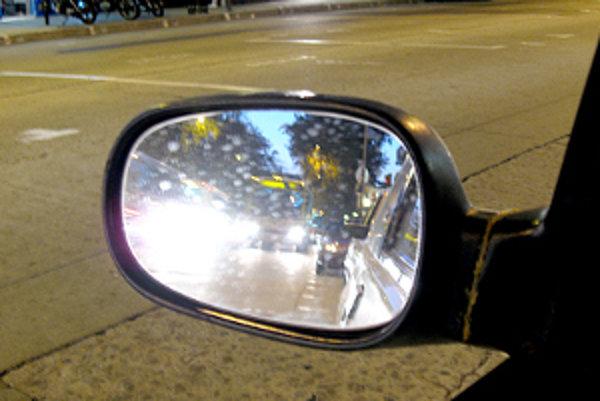 Pozor na blikanie. Osem vodičov zaň dostalo blokové pokuty.