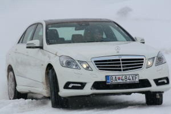 Výhoda pohonu všetkých kolies sa prejavuje iba na snehu, kedy pomáha autu zatočiť do zákruty. V šmyku treba počítať s vyššou hmotnosťou auta.