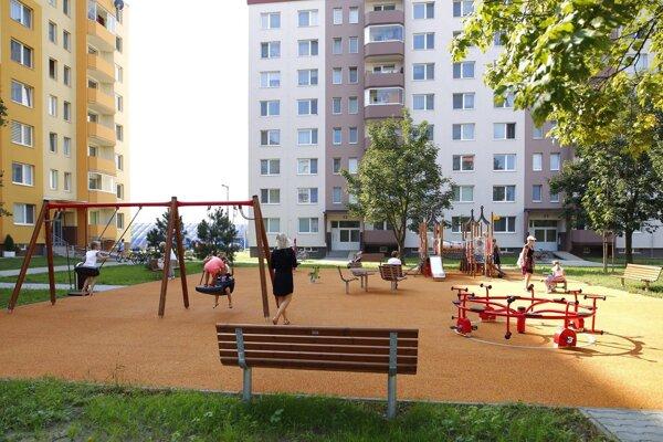 Senica má nové ihriská vo vnútrobloku na Ulici S. Jurkoviča.