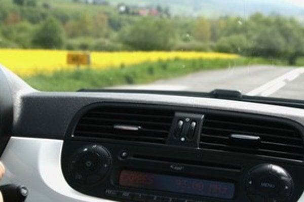 Ak cítite v aute arómu repky, nemusíte zapínať nutne klimatizáciu alebo uzavretú cirkuláciu vzduchu. Stačí mať dobrý peľový filter.