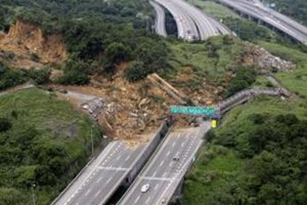 Takto bola pred mesiacom zasypaná diaľnica na Taiwane.