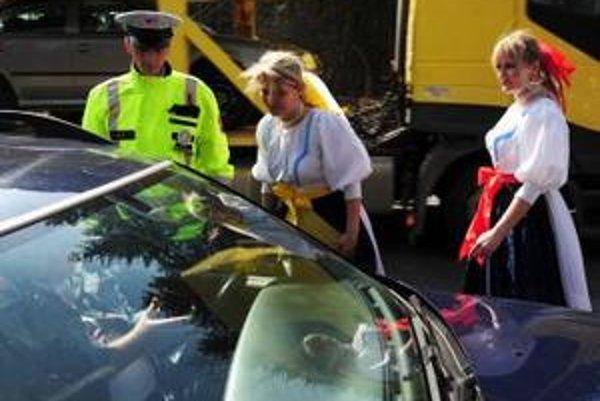 Pri Hyze (okres Žilina) na tradičnom mieste kontroly vodičov  na Zelený štvrtok vodičov kontrolovali 1. apríla 2010 policajti  spolu s kolegyňami, ktoré boli oblečené v ľudových krojoch.