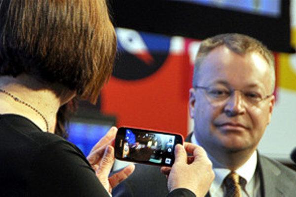 Šéf Nokie Stephen Elop počas predstavenia modelu 808 PureView v Barcelone.