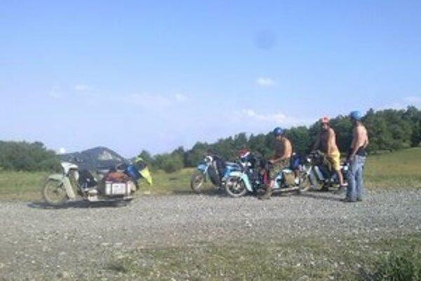 Títo mladí muži chcú na vyše tridsaťročných motocykloch Jawa Pionier prejsť až hlboko do Ázie.