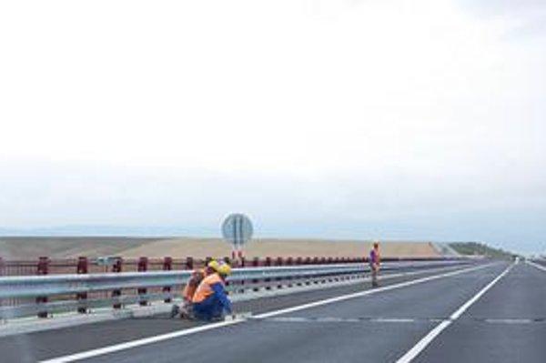 Začali opravovať. Počas včerajšieho dňa na moste dopravu v oboch smeroch spomaľovali pracovníci zo stavby diaľnice, kým ich kolegovia opravovali vozovku.