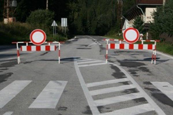 Na to, že je Čertovica uzavretá, upozorňujú z juhu len tieto dopravné značky. Na dôležitých križovatkách v Brezne a Podbrezovej však značky s upozornením chýbajú.