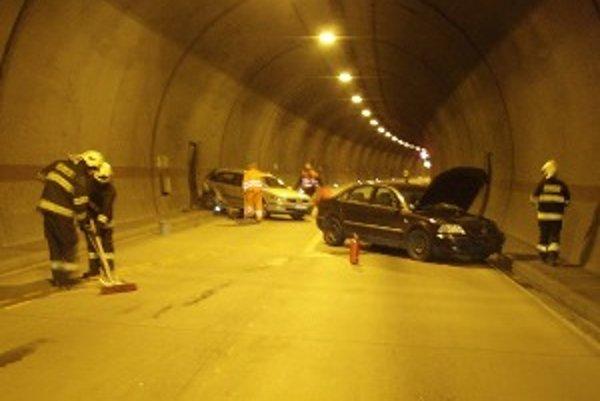 Prvé dve autá, do ktorých vodič Fabie mal podľa odťahovkárov nabúrať v tuneli Sitina.
