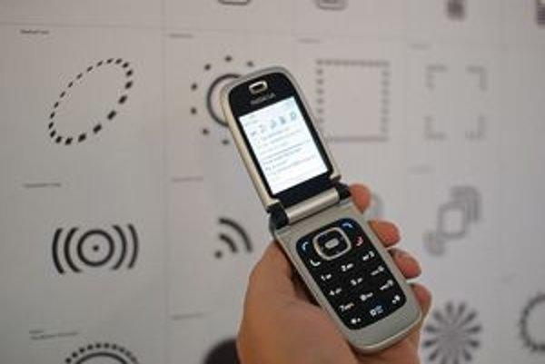 Mobilný telefón s podporou NFC, komunikujúci s inteligentným posterom