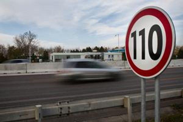 Značku s rýchlosťou 110 kilometrov za hodinu o pár kilometrov zruší iná. Vodič môže ísť opäť rýchlejšie.