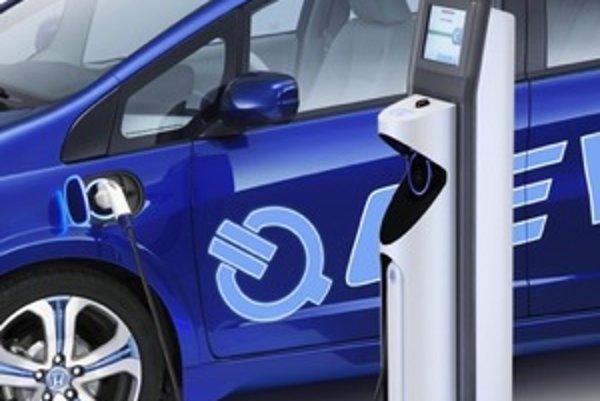 Honda Fit EV bude mať modrú perleťovú farbu Deep Clear Blue Pearl a špeciálne päťlúčové kolesá z ľahkých zliatin s modrými prvkami. Koncept vybavili svetlami z LED diód, aerodynamickým nárazníkom, čírymi zadnými LED svetlami.