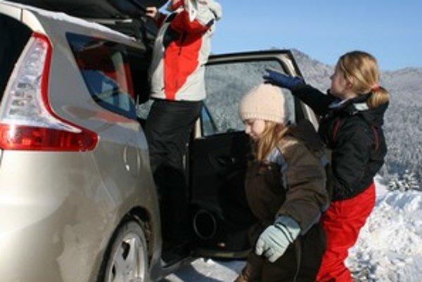 """Strešný box najlepšie poslúži rodinám, ktoré pravidelne lyžujú. Má oveľa väčšiu kapacitu ako strešný nosič a rýchlejšie doň veci """"nahádžete""""."""