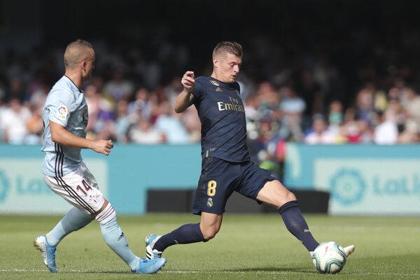 Toni Kroos (vpravo) a Stanislav Lobotka v zápase 1. kola španielskej La Ligy Celta Vigo - Real Madrid.