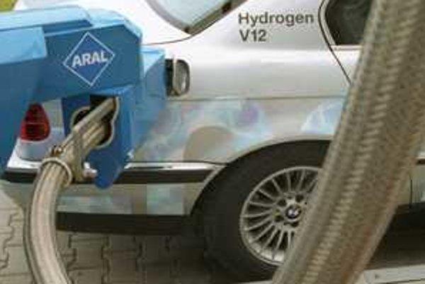 Vodík do upravených modelov tankuje pre istotu robot. Pri zámene paliva v bežných autách  väčšinou úraduje nepozornosť a náhlenie.