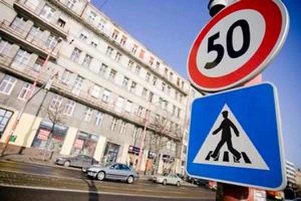 Nový cestný zákon znížil rýchlosť v obciach na 50 kilometrov za hodinu. Značky so štyridsiatkou sa tak stali na mnohých miestach zbytočné.