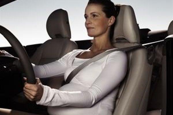 Tehotné ženy majú používať bezpečnostný pás aj v pokročilom štádiu tehotenstva. Pás má byť pritiahnutý tesne k plecu, prechádzať medzi prsiami a ponad brucho. Bedrová časť popruhu má ležať naplocho na bokoch a čo najnižšie pod bruchom.