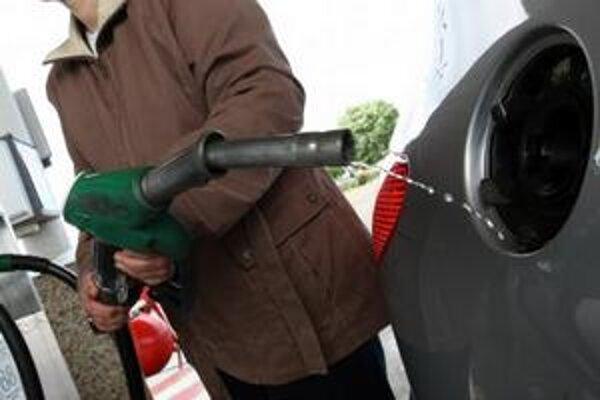 Spotreba pohonných látok sa začiatkom tohto roka rekordne prepadla. Na slovenských čerpačkách sa natankovalo menej benzínu a nafty ako  koncom minulého roka.