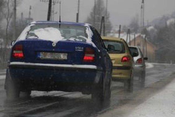 Cesty sa zdajú byť na prvý pohľad bezpečné a mokré. Mnohé miesta sú šmykľavé a letné pneumatiky bezmocné.