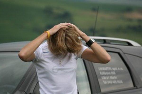 Šija tuhne strnulým sedením, ale tiež stresom a napätím zo šoférovania. Svalstvo krčnej chrbtice najlepšie uvoľníte tlačením hlavy do dlaní opretých o temeno.