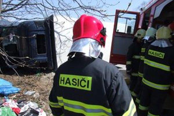 Pri nehode momentálne zasahujú hasiči z útvaru v Ružomberku.
