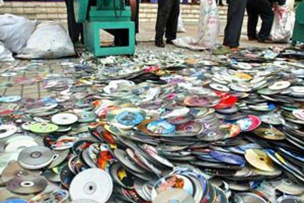 Hromady DVD ustúpia serverovým farmám.