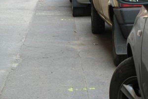 Podľa malých a nenápadných značiek, ktoré nerušia ale pomáhajú, sa dá ľahko skontrolovať, či ste nechali dosť miesta na chodníku.