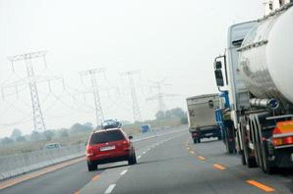 Na úseku diaľnice s tromi pruhmi sú stále okrem platných oranžových čiar vidieť aj staré biele. Niektorí vodiči nevedia, do ktorého pruhu sa zaradiť.