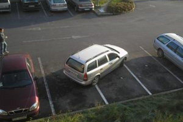 Vodič tohto auta má o parkovaní zvláštne predstavy.