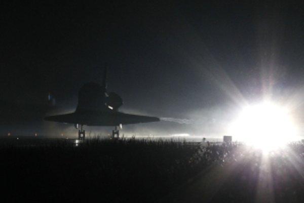 Posledný americký raketoplán Atlantis vo štvrtok úspešne pristál
