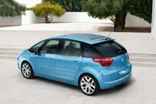 V porovnaní so sedemmiestnou verziou dodáva kratšia zadná časť so šikmým zadným oknom na spôsob hatchbacku tomuto autu viac účelovosti a kompaktnejší vzhľad.