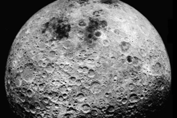 Odvrátená strana Mesiaca ako ju videla misia Apollo 16.