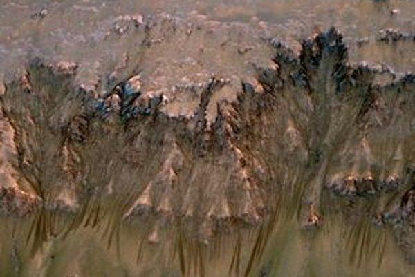 Nadol marsovským svahom tečie voda.