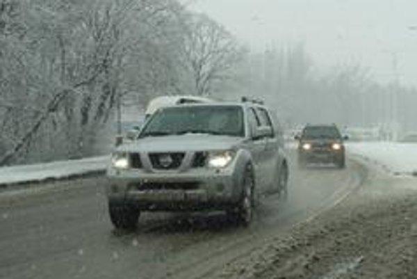 Návaly mokrého snehu zaskočili  aj  motoristov so zimnými pneumatikami, pretože  v teplom počasí jazdia rýchlo.