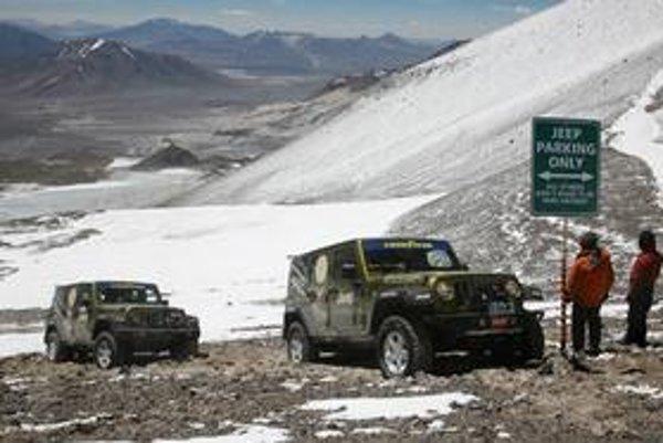 """Sopka je druhou najvyššou horou na západnej pologuli (výška 6 892 m) a teraz dostala aj druhý názov - """"najvyššie parkovisko na svete"""". Pravdaže, parkovanie je vyhradené len pre značku Jeep."""