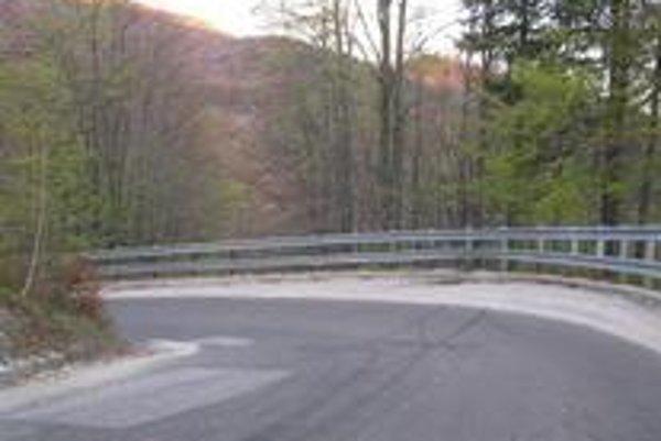 Niektorí vodiči sa vystavujú riziku neprimerane rýchlou jazdou, ale táto  neoznačená zákruta prekvapí všetkých.