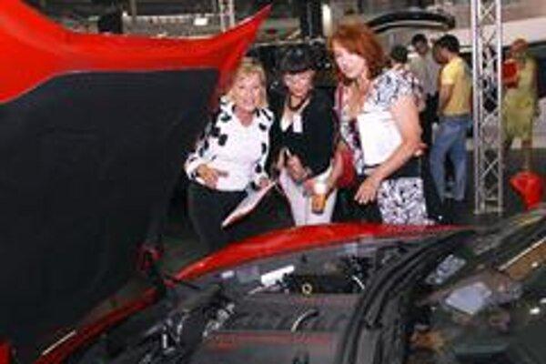 Zľava Hana Machačová, Liběna Rochová a Zlata Adamovská hodnotia  Chevrolet Corvette