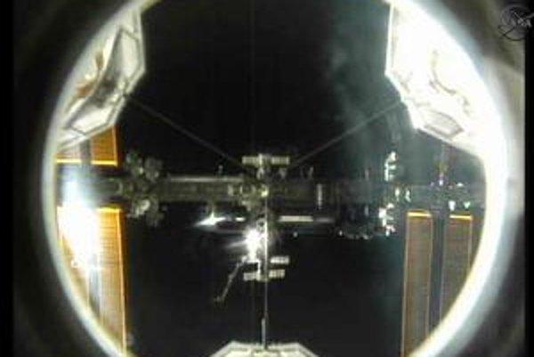 Atlantis sa približuje k ISS.