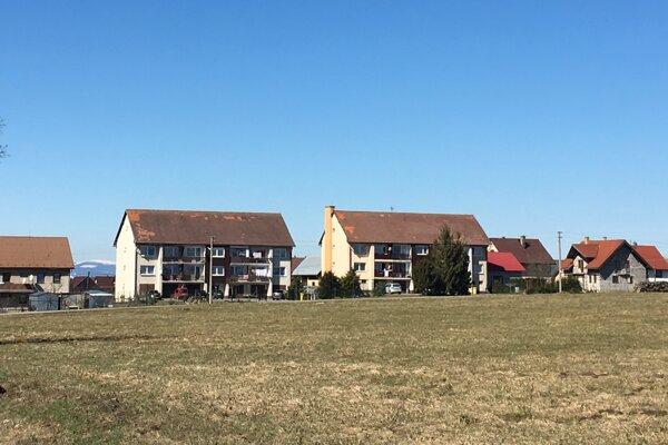 Tri bytovky – na prvý pohľad patria k Hladovke, sú však suchohorské.