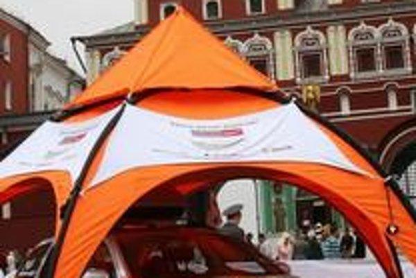 Škoda Octavia Scout má pohon všetkých kolies a úpravy  pre jazdu v ľahkom teréne. expedícia odštartovala z Červeného námestia.