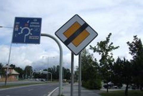 Dopravné značenie je moderné a kruh veľký. Vodiči však  sa však nesprávajú ako treba, zbytočne brzdia premávku a križujú iné pruhy.