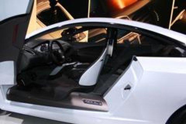 Renault Laguna  Coupe Concept je zatiaľ jediným kusom na svete. Tomu zodpovedá aj cena  a ochrana na autosalóne.