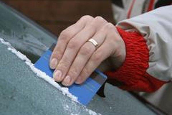 V núdzi pomôže aj  platobná karta, práca s ňou je však nepohodlná. Pozor tiež na zamrznuté trysky ostrekovača.